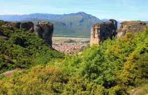 Vue sur Kalambaka depuis les Météores en Grèce