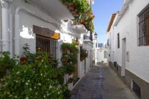 Rue fleurie de Capileira dans les Alpujarras