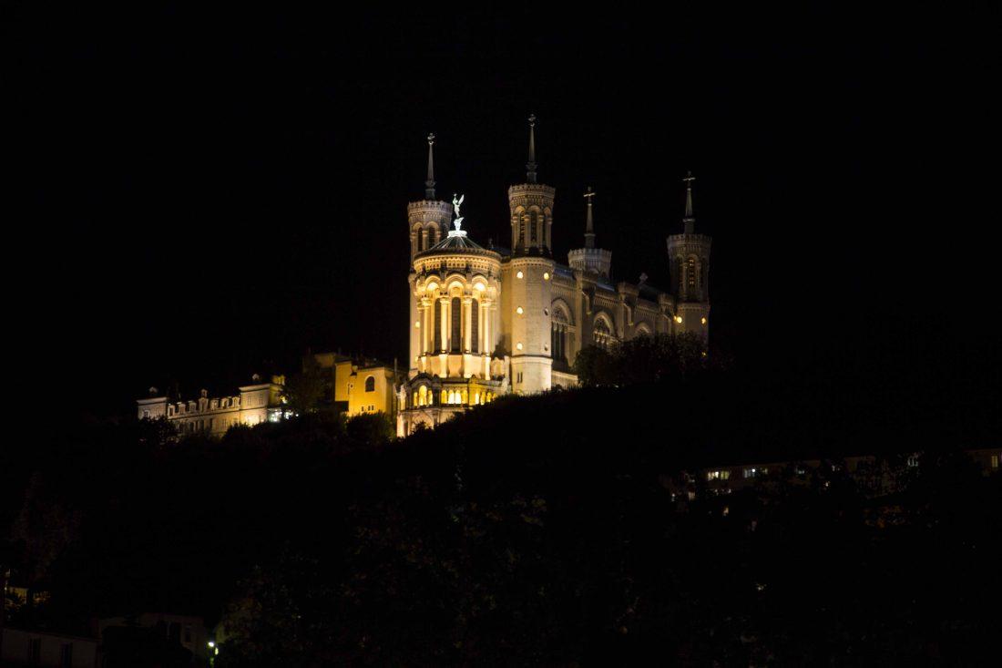 photographie monument de nuit